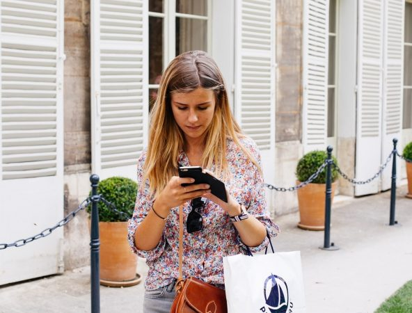 girl-with-smartphone-on-the-street-using-personal-shopper-app